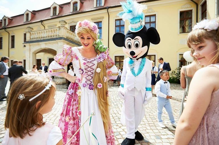 Rapunzel und Mickey Mouse begrüßen die Kinder auf einer Hochzeit