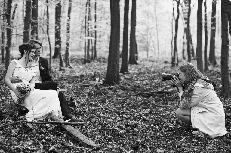 Die Fotografin Kristin Lurtz fotografiert ein Brautpaar im Wald