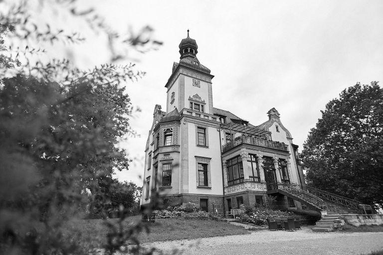 Die Mädlervilla in Schwarz-Weiß