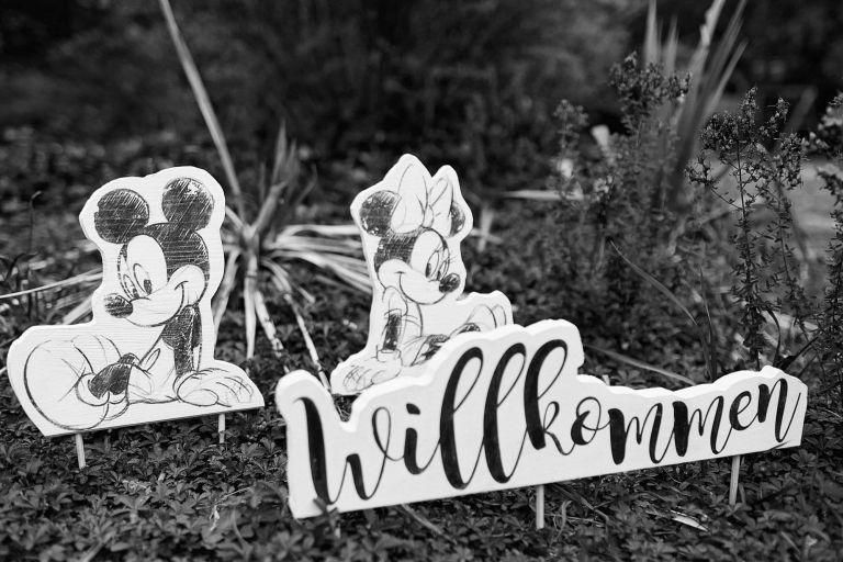 Willkommensschilder mit Mickey und Mini Mouse auf einer Hochzeit