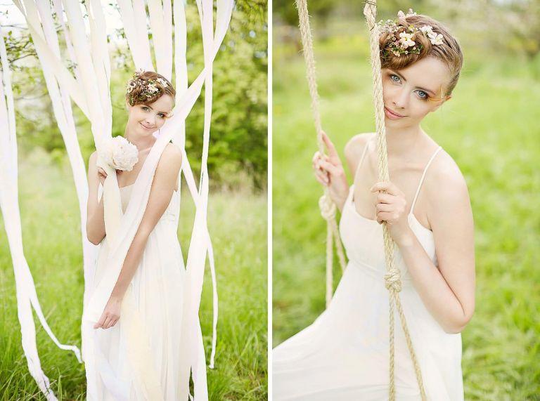 Eine Braut sitzt auf einer Schaukel und lächelt in die Kamera