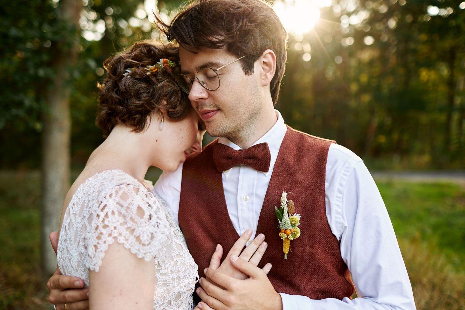 Die Fotografen Kai und Kristin aus Leipzig fotografieren ein Brautpaar am Waldrand