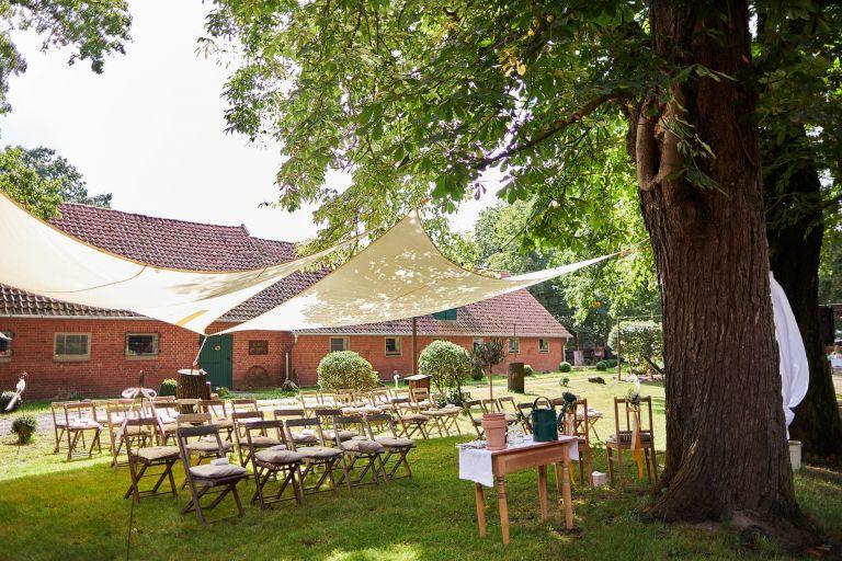 Ein Setting für eine Trauung unter freiem Himmel auf dem Hof Wietfeldt
