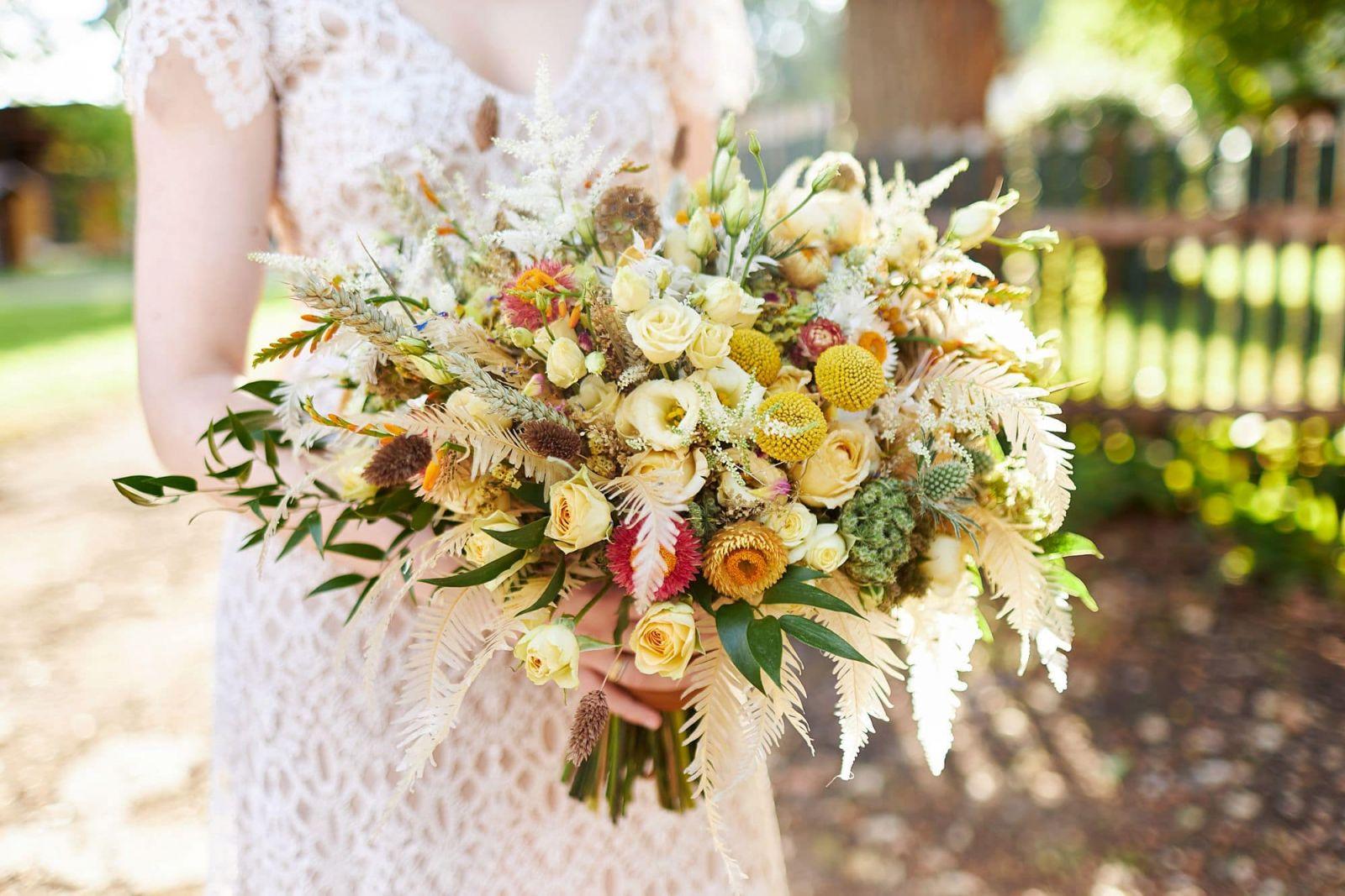 Ein Brautstrauß mit Trockenblumen von Milles Fleurs