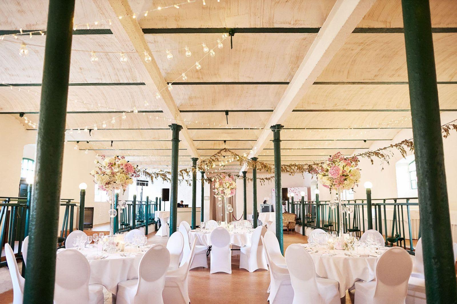 Ein festlich geschmückter Kuhstall für eine Hochzeit in Leipzig