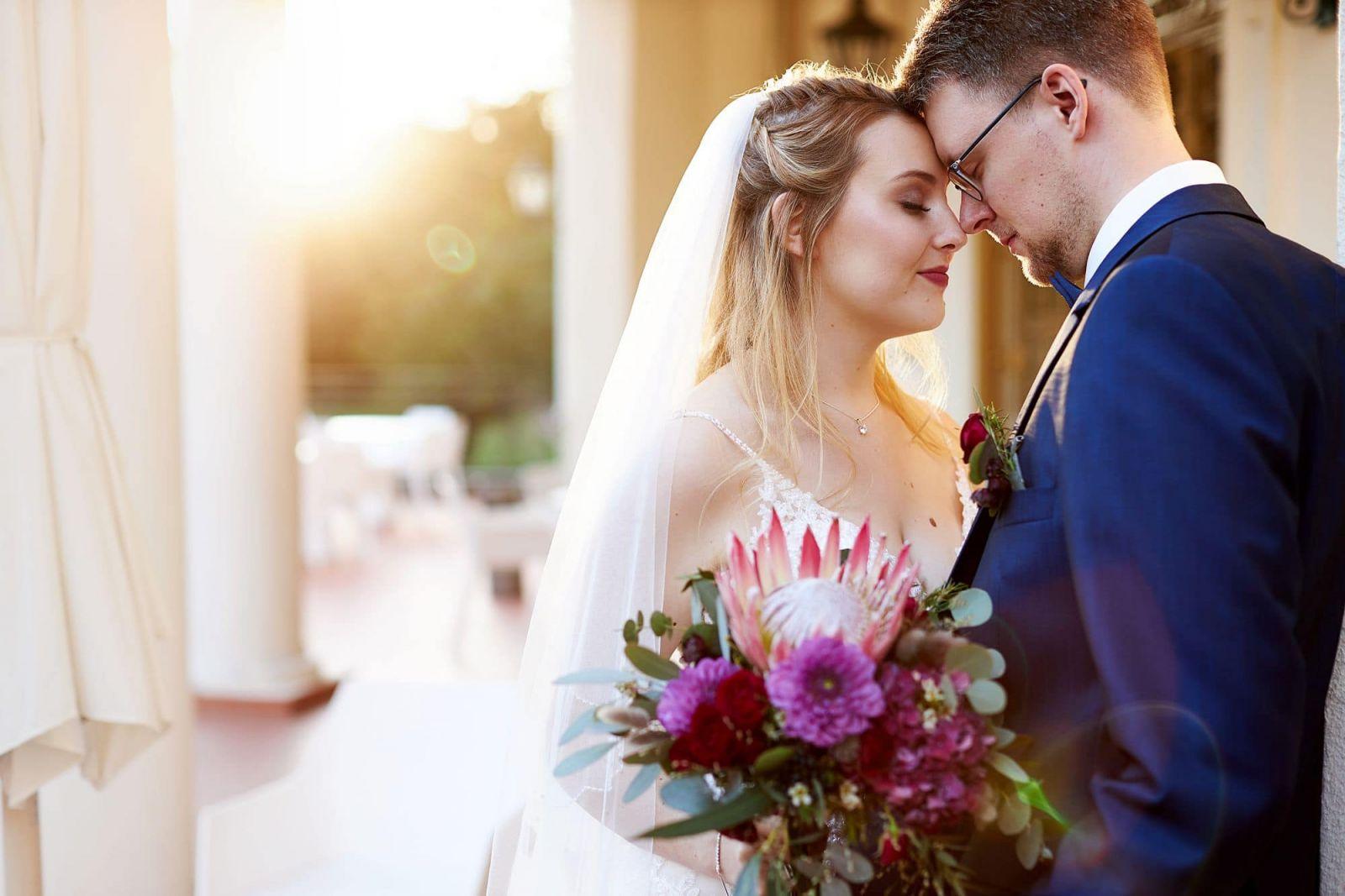Ein Brautpaar posiert für einen Hochzeitsfotograf am Schloss Teutschenthal