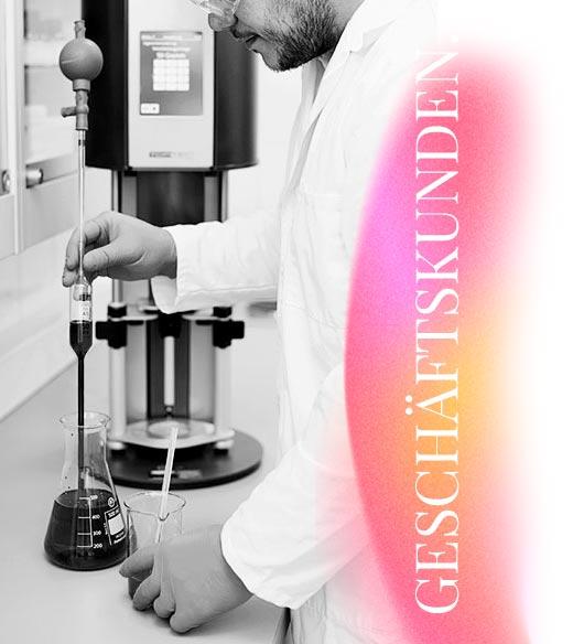 Eine Werbeaufnahme eines Labormitarbeiters in einer Apotheke