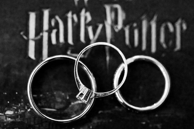 Drei Ringe liegen auf einem dunklen Untergrund mit Harry Potter Schriftzug