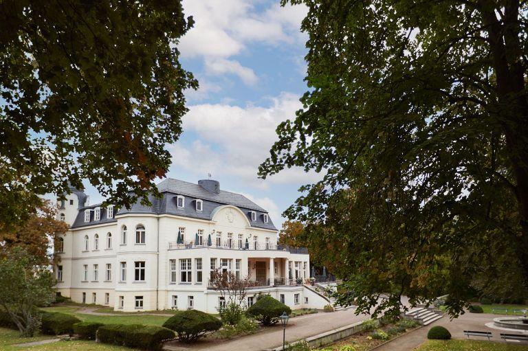 Schloss Teutschenthal mit altem Baumbestand